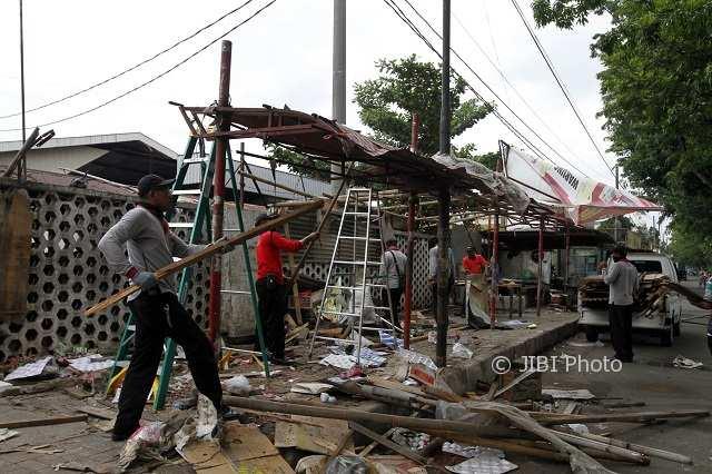 Petugas Dinas Perdagangan Solo membongkar lapak PKL di Jl. Adisucipto, Kerten, Laweyan, Rabu (31/1/2018). (Nicolous Irawan/JIBI/Solopos)