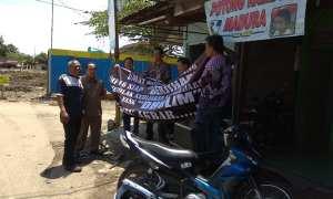 Warga mencopot spanduk penolakan penggusuran tanah Hak Pakai (HP) 16 Kenteng, Semanggi, Pasar Kliwon, Solo, Selasa (2/1/2018) siang. (Ivan Andimuhtarom/JIBI/Solopos)