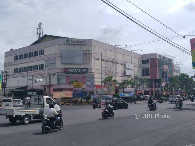 Pengendara melintasi depan Plasa Klaten, Jl. Pemuda, Klaten Tengah, Selasa (2/1/2017). (Cahyadi Kurniawan/JIBI/Solopos)
