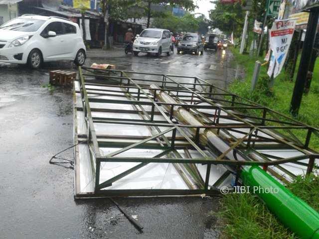 Baliho di Pertigaan Gapura Klodran, Colomadu, Karanganyar, roboh diterjang hujan disertai angin, Kamis (4/1/2018). (Iskandar/JIBI/Solopos)