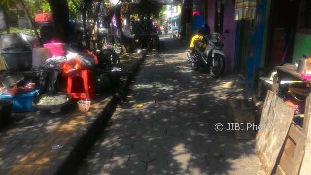 Perkakas milik warga memenuhi ruang bantaran Kali Pepe wilayah Widuran, Kepatihan Kulon, Kamis (4/1/2017) pagi. (Irawan Sapto Adhi/JIBI/Solopos)
