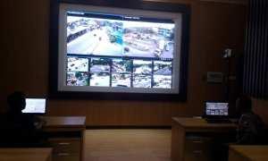 Salah seorang anggota Satlantas Polresta Solo memantau arus lalu lintas (lalin) di ruangan Traffic Management Center (TMC) Kantor Satlantas Polresta Solo, Kamis (4/1/2018). (Muhammad Ismail/JIBI/Solopos)