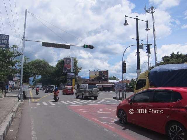 Pengguna jalan melintas di perempatan Papahan, Karanganyar, Jumat (5/1/2018). (Ponco Suseno/JIBI/Solopos)