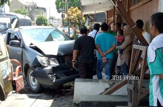 Sejumlah warga mengerumuni mobil yang rusak parah akibat kecelakaan karambol di pertigaan Gunung Giri, Wonogiri, Senin (8/1/2018). (Istimewa/Humas Polres Wonogiri)