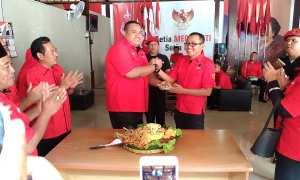 Ketua DPC PDIP Sragen, Untung Wibowo Sukowati, menyerahkan potongan tumpeng kepada Ketua DPRD Sragen, Bambang Samekto, di DPC PDIP Sragen, Rabu (10/1/2018). (Kurniawan/JIBI/Solopos)