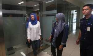 alon Wakil Bupati (cabup) Karanganyar, Ida Retno Wahyuningsih (kiri), bersiap mengikuti tes psikologi pada pemeriksaan kesehatan di RSUD Dr. Moewardi, Solo, Kamis (18/1/2018). (Nicolous Irawan/JIBI/SOLOPOS)