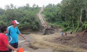Warga melihat Bendungan Telaga Rejobanget di Rejosari, Kecamatan Gondangrejo, Karanganyar, yang jebol, Jumat (19/1/2018). (Ponco Suseno/JIBI/Solopos)