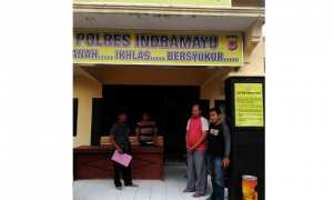Tersangka kasus penggelapan truk, Triyono, 31 (kedua dari kanan), digelandang polisi di Mapolres Indramayu, Jabar, untuk menunjukkan truk yang diduga dia sewa dan gadaikan, Kamis (18/1/2018) lalu. (Istimewa/Polsek Tanon)