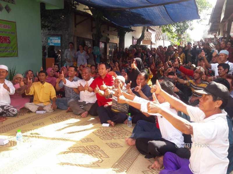 Warga Kenteng, Semanggi, Pasar Kliwon, seusai pertemuan terkait persiapan pendataan warga penghuni HP 16, Jumat (5/1/2018). (Hijriyah Al Wakhidah/JIBI/Solopos)