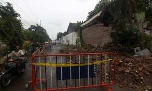Pengendara sepeda motor melintas di dekat area tembok pagar Dalem Prabuwinatan yang runtuh di kompleks Keraton Kasunanan Surakarta Hadiningrat, Minggu (21/1/2018). (Nicolous Irawan/JIBI/Solopos)