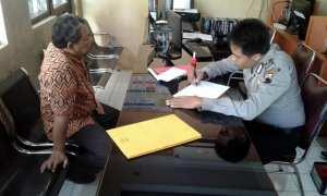 Ketua Formas Andang Basuki (kiri) melaporkan perkara dugaan penipuan CPNS ke Polres Sragen, Rabu (24/1/2018). (Istimewa/Sumardi/Formas)