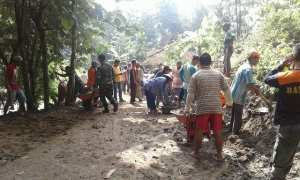 Warga bersama perwakilan Forkompincam Kalijambe membersihkan material longsor di Jagan, Bukuran, Kalijambe, Sragen, Rabu (24/1/2018). (Istimewa/Agus Subagyo)