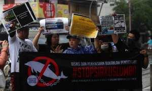 Komunitas pencinta satwa membawa spanduk dan poster saat aksi menolak pentas keliling lumba-lumba di Gading, Pasar Kliwon, Solo, Kamis (25/1/2018). (Nicolous Irawan/JIBI/Solopos)