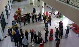 Karyawan, staf pengajar, dan mahasiswa STIM YKPN Jogja saat Fun Gathering yang digelar di lobi Kampus STIM YKPN Jogja, Minggu (7/1/2018). (IST/Dok STIM YKPN)