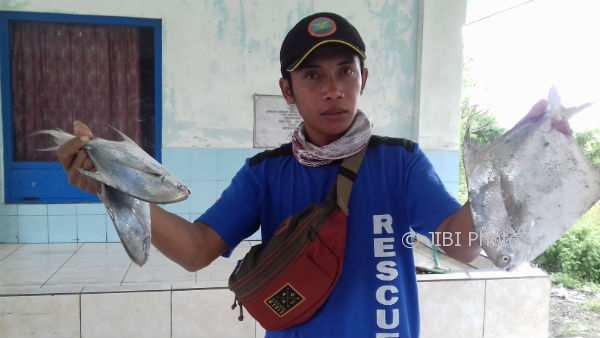 Salah seorang nelayan Pantai Depok menunjukkan hasil ikan bawal laut tangkapannya, Kamis (4/1/2018). (Rheisnayu Cyntara/JIBI/Harian Jogja)