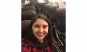 Beth ber-swafoto memamerkan dirinya jadi satu-satunya penumpang pesawat (Reddit)