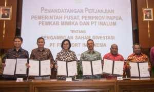 Menkeu Sri Mulyani bersama Menteri ESDM Ignasius Jonan seusai menandatangani perjanjian antara Pemerintah Pusat, Pemprov Papua, Pemkab Mimika, dan PT Inalum, Jumat (12/1/2018). (JIBI/Solopos/Antara/Aprillio Akbar)