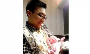 Dokter Gia bersama bayi yang baru ia bantu persalinannya (Twitter)