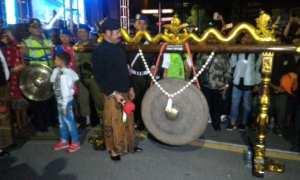 Wali Kota Solo, F.X. Hadi Rudyatmo memukul gong sebagai tanda pergantian Tahun Baru 2018 di Ngarsopuro, Solo, Senin (1/1/2018) dini hari. (M. Ferri Setiawan/JIBI/Solopos)