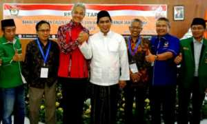 Pasangan calon gubernur Ganjar Pranowo dan calon wakil gubernur Taj Yasin Maimoen (Gus Yasin) berfoto bersama komisioner KPU jateng dan perwakilan partai-partai politik pengusung mereka. (JIBI/Solopos/Antara/Wisnu Adhi N.)