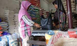 Seorang pembeli tetap membeli beras di salah satu kios beras di Pasar Wates, Kulonprogo meski harga beras medium yang dibelinya harganya tengah mahal, Kamis (11/1/2018). (Harian Jogja/Holy Kartika N.S)