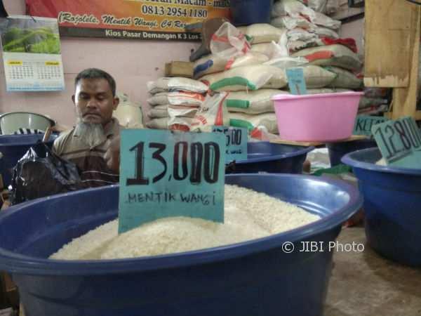Harga beras di salah satu kios beras di Pasar Demangan dipatok mahal, baik dari kualitas medium maupun premium, Jumat (12/1/2018). (Holy Kartika N.S/JIBI/Harian Jogja)