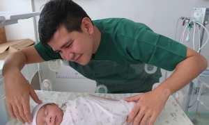 Haykal Kamil dan bayinya (Instagram @haykalkamil)