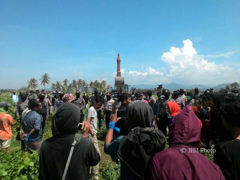 Hari kedua pelaksanaan pembersihan lahan (land clearing) lahan IPL NYIA dimulai di Desa Glagah, Selasa (9/1/2018). (Harian Jogja/Uli Febriarni)
