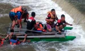 Anggota Satlinmas Rescue Istimewa Wilayah III Parangtritis menyelamatkan korban laka Sungai Progo, Siyangan, Pandak, Bantul, Minggu (14/01/2018). (IST/Dok Satlinmas Rescue Istimewa Wilayah III Parangtritis)