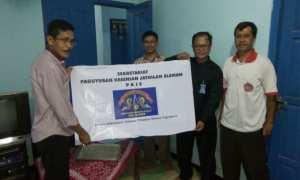 Kepala Disbud Sleman Aji Wulantara (kiri) menyedahkan papan nama paguyuban kepada Ketua PKJS Sunaryo (kanan). (IST/Dok PKSJ)