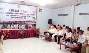 Suasana saat pasangan Rohadi Widodo-Ida Retno Rahayuningsih mendaftar sebagai cabup-cawabup di KPU Karanganyar, Rabu (17/1/2018) malam. (Ponco Suseno/JIBI/Solopos)