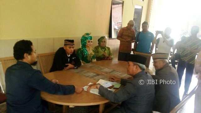 Petugas KUA Laweyan menikahkan pasangan Aditya Bagus Febriyanto, 27, dan Ratri Listyorini, 30, di Mapolsek Laweyan, Jumat (26/1/2018). (Muhammad Ismail/JIBI/SOLOPOS)