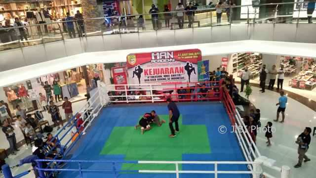 Pengujung Hartono Mall Solo Baru Sukoharjo menyaksikan pertarungan mixed martial arts (MMA) pada ajang Han Academy Championship 2018, Sabtu (13/1/2018). (Moh Khodiq Duhri/JIBI/SOLOPOS)