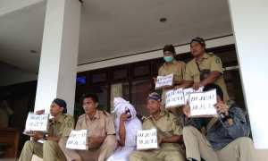 Sejumlah perwakilan PHL yang terkena PHK sepihak melakukan aksi damai di Gedung DPRD Bantul, Selasa (16/1/2018). (Rheisnayu Cyntara)