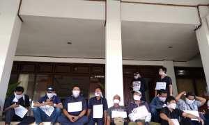 Perwakilan Pekerja Lepas Harian (PHL) yang dihentikan kotraknya melakukan aksi diam di gedung DPRD Bantul, Rabu (24/1/2018). (Harian Jogja/Rheisnayu Cyntara)