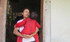 Tini Handayani sedang menggendong sang anak Firas Rifai di rumahnya Dusun Janturan, Desa Tirtoadi, Kecamatan Mlati, Minggu (28/1/2018) (JIBI/Irwan A. Syambudi)