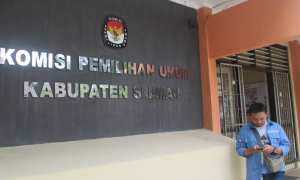 Seorang warga melintas di depan Kantor Komisi Pemilihan Umum (KPU) Kabupaten Sleman, Selasa (30/1/2018). (Harian Jogja/Irwan A. Syambudi)
