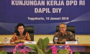 Wakil Ketua DPD RI GKR Hemas dan Kepala KPw BI DIY Budi Hanoto saat memaparkan prospek dan rekomendasi tentang perekonomian DIY mendatang di Kantor KPw BI DIY, Rabu (10/1/2018). (IST/Dok KPw BI DIY)
