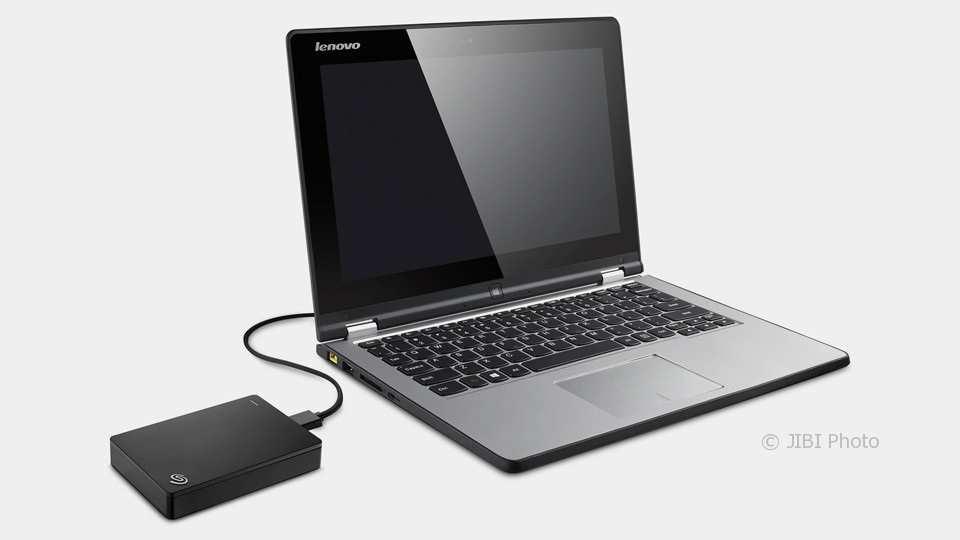 Ilustrasi pemakaian hard disk eksternal dan laptop (Pinterest)