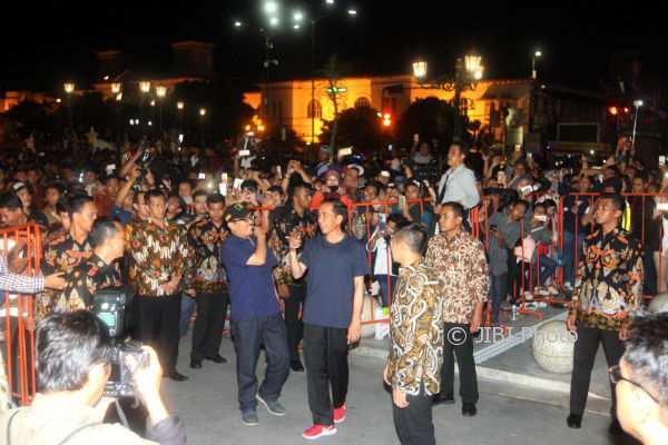 Presiden Joko Widodo menyapa warga dan wisatawan di Titik Nol Kilometer, Kota Jogja pada Minggu (31/12/2017) malam. (Desi Suryanto/JIBI/Harian Jogja)