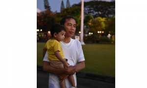 Jokowi menggendong Jan Ethes di malam tahun baru 2018 (Facebook)