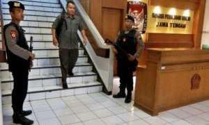 Polisi bersenjata api berjaga di Kantor KPU Jateng, Kota Semarang, Senin (8/1/2018). (JIBI/Solopos/Antara/R. Rekotomo)