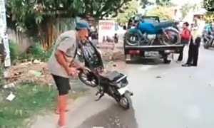 Kakek-Kakek bakar sepeda motor saat ditilang (Facebook)