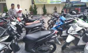Polisi mendata sepeda motor yang disita aparat Polres Klaten, Sabtu (20/1/2018) di Mapolres Klaten. Polisi juga menyita ponsel dan senjata tajam. (Cahyadi Kurniawan/JIBI/Solopos)