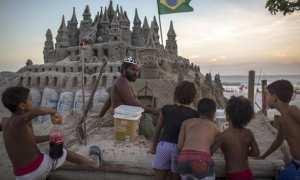 Marcio dikerumuni anak-anak yang penasaran dengan istana pasir. (Istimewa/Mirror)