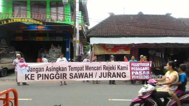 Pedagang Pasar Pengging, Banyudono, Boyolali, memasang spanduk di pasar setempat berisi penolakan relokasi pasar ke kawasan cagar budaya Pipo Desa Dukuh, Banyudono, Minggu (28/1/2018). (Akhmad Ludiyanto/JIBI/SOLOPOS)