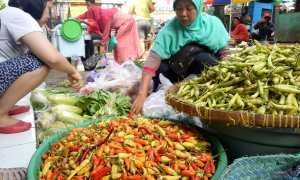 Seorang pedagang melayani konsumen yang berbelanja sayuran di Pasar Demangan, Jogja, Senin (1/1/2018). (Harian Jogja/Rima Sekarani I.N)