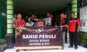 Ketua Panitia Natal Sahid Jaya Hotel & Convention Jogja Heru Ribut Santoso menyerahkan tanda kasih secara simbolis yang diterima Kepala Desa Klesem Musanghari. (IST/Dok Sahid Group)
