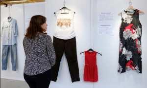 Seorang perempuan sedang mengunjungi pameran baju korban perkosaan (Reuters)