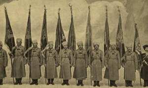 Tentara Rusia membawa bendera Kesultanan Ottoman yang disita setelah Rusia menang atas Kesultanan Ottoman dalam pertempuran di Erzurum, 1916. (Wikimedia.org)
